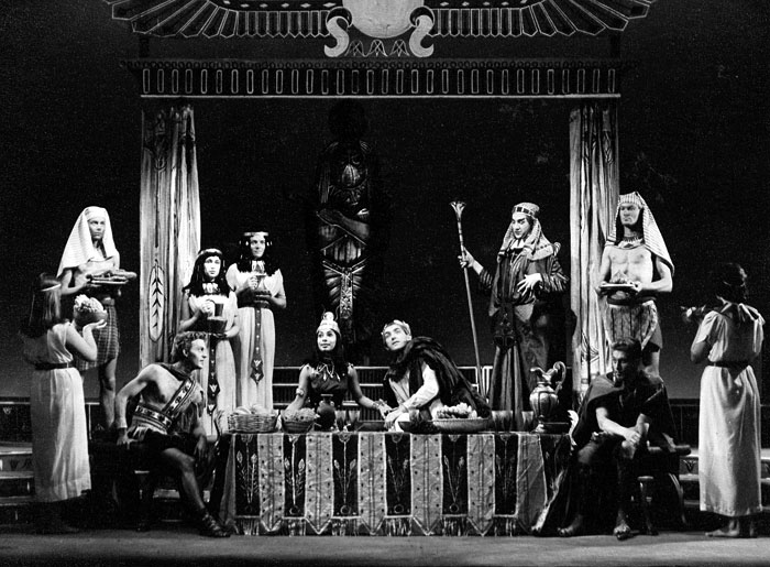 Curt Dawson (Apollodorus) seated left: Yolande Bavan (Cleopatra ) and Alun Thomas (Caesar) centre: Ian McKellen (Major Domo) standing with staff and padding.