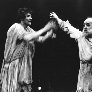 1974, KING LEAR (1974): Edgar (Ian McKellen) and Gloucester (Ronald Radd)