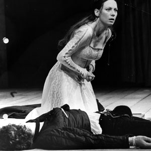 1976, ROMEO AND JULIET (1976): Final scene: Juliet (Francesca Annis) and Romeo (Ian McKellen)