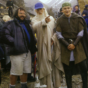 2000, THE LORD OF THE RINGS: RETURN OF THE KING: Peter Jackson, Ian McKellen and Orlando  Bloom on the Edoras set