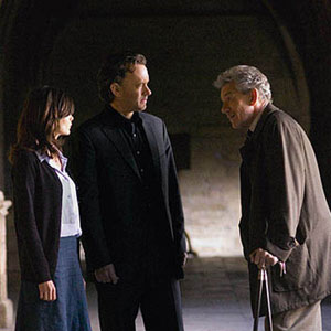 Sophie (Audrey Tautou), Langdon (Tom Hanks), and Teabing (Ian McKellen) courtyard of Westminster Abbey (Lincoln Cathedral).